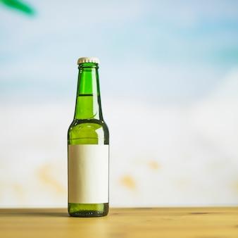 Bottiglia di vetro della bevanda sul tavolo