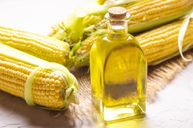 Bottiglia di vetro di olio di mais giallo - prodotto di erbe sano