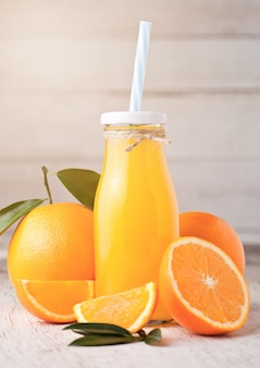 Bottiglia di vetro di succo d'arancia fresco organico crudo