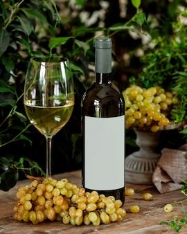 Bottiglia di vino bianco e un bicchiere
