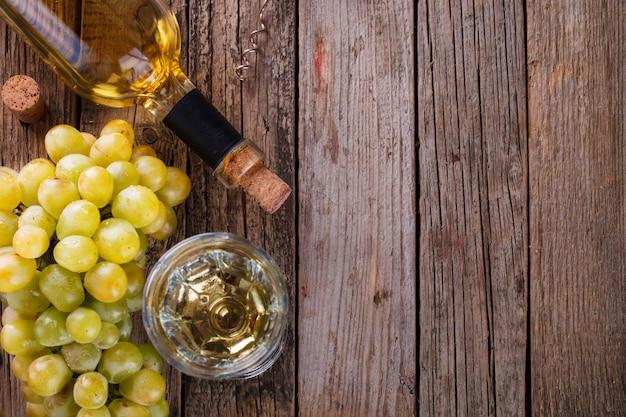 Bottiglia di vino bianco, uva