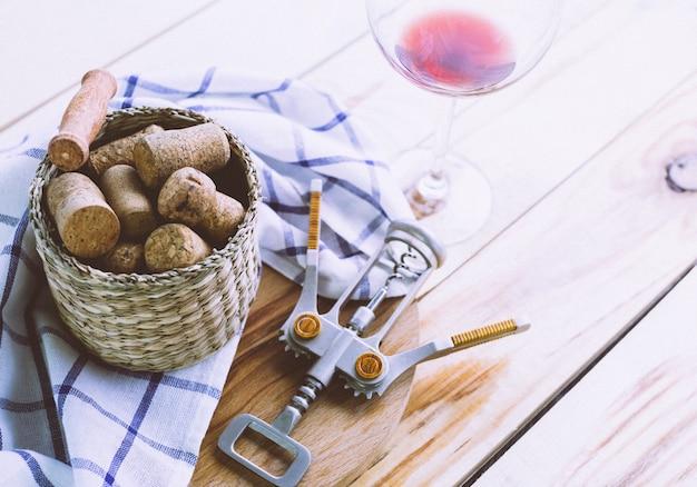 Bottiglia di vino con un bicchiere di vino sul tavolo di legno bianco