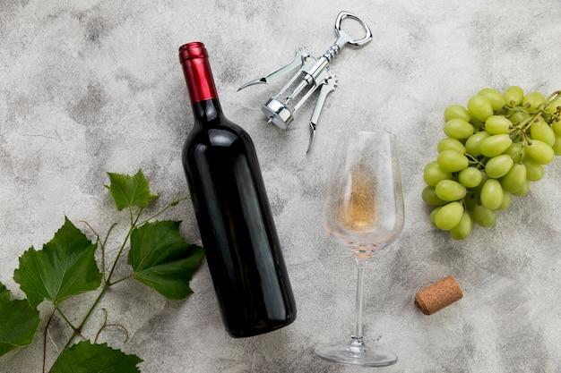 Bottiglia di vino di vista superiore su fondo di marmo