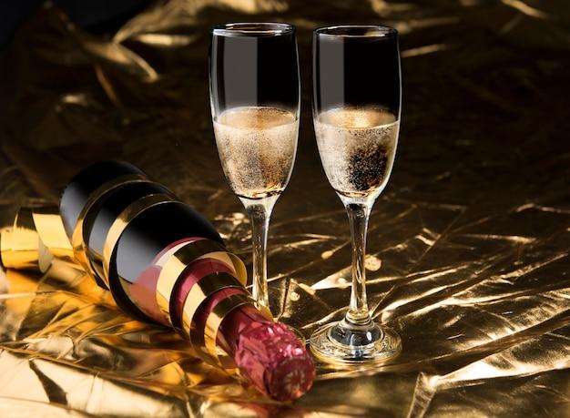 Bottiglia di vino e un paio di bicchiere di vino bianco