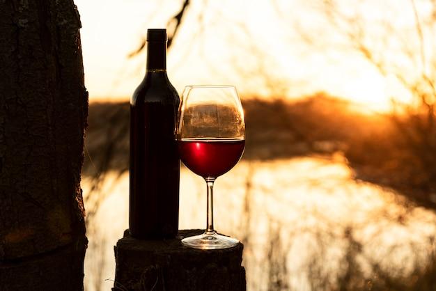 Bottiglia di vino e vetro all'aperto