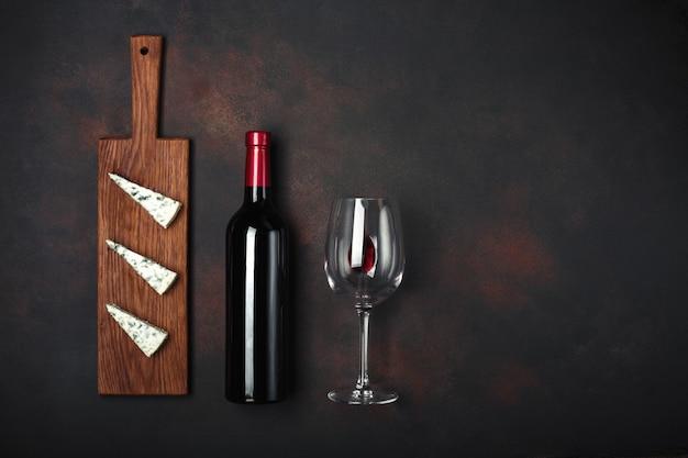 Bottiglia di vino, formaggio puzzolente blu e bicchiere di vino