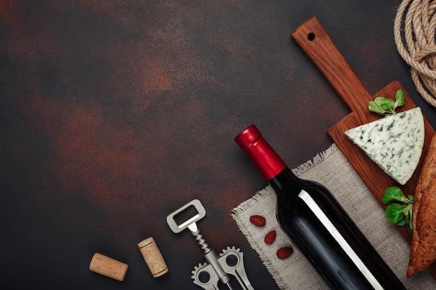 Bottiglia di vino, mandorle, cavatappi e tappi di sughero, vista dall'alto