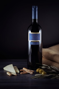 Bottiglia di vino rosso con formaggio e olive
