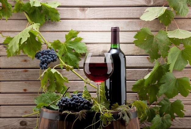 Bottiglia di vino rosso e vetro