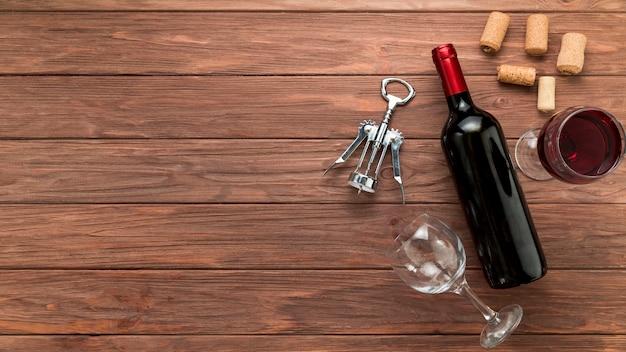 Bottiglia di vino su fondo in legno