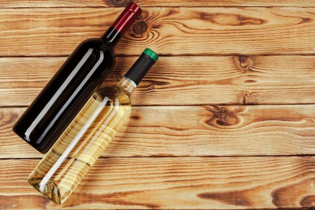 Bottiglia di vino su sfondo di legno