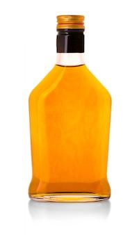 Bottiglia di whiskey isolata sopra una priorità bassa del whte