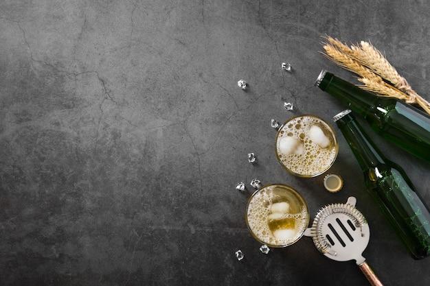 Bottiglia e bicchiere di birra con copia-spazio