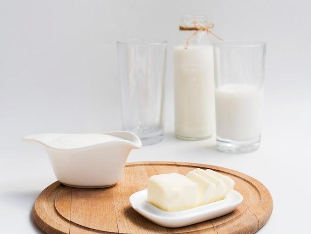 Bottiglia e bicchiere di latte con burro
