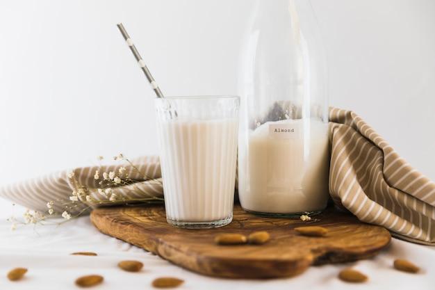 Bottiglia e bicchiere di latte con noci
