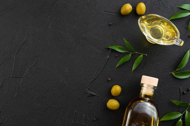 Bottiglia e bicchiere di olio d'oliva con spazio di copia