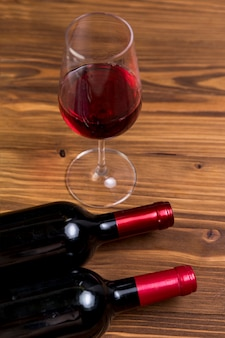 Bottiglia e bicchiere di vino rosso