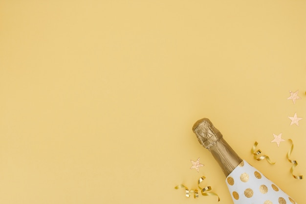 Bottiglia e decorazione di champagne con lo spazio della copia