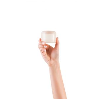 Bottiglia femminile della crema della tenuta della mano di lozione isolata. la ragazza dà a barattolo prodotti cosmetici