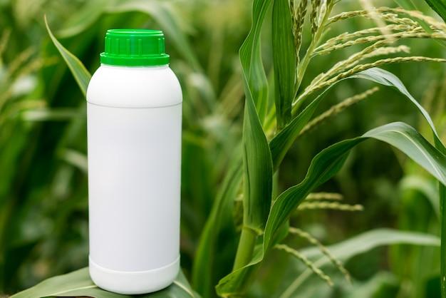 Bottiglia in bianco non etichettata del primo piano come spazio della copia del modello per l'erbicida.