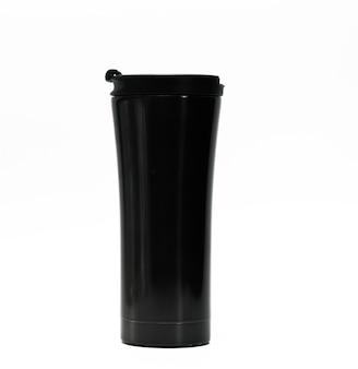 Bottiglia nera del termos isolata su fondo bianco