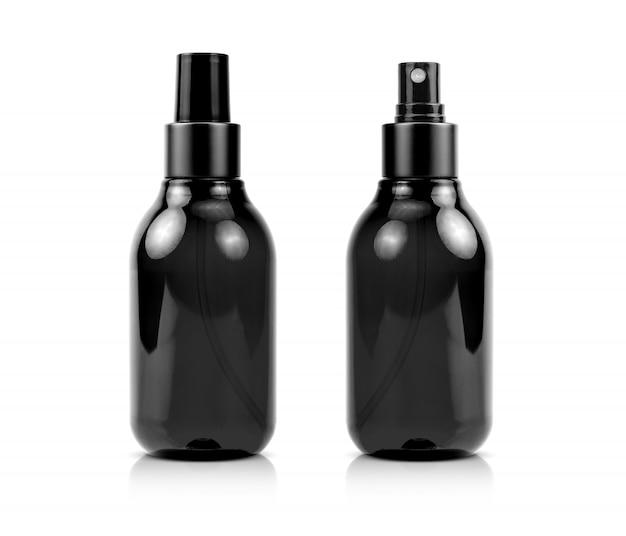 Bottiglia nera dello spruzzo del siero dei cosmetici isolata su fondo bianco