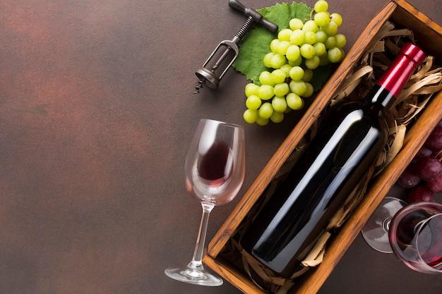 Bottiglia piena di vino con spazio di copia