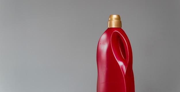 Bottiglia rossa di detergente per sanitari