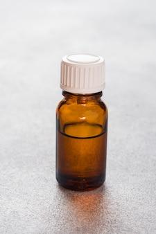 Bottiglia trasparente in vetro per oli aromatici, spa e profumeria. copia spazio