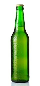 Bottiglia verde di birra con gocce su bianco