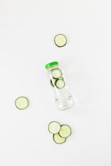 Bottiglia vista dall'alto con frullato cucumberg