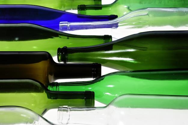 Bottiglie che giace su uno sfondo bianco