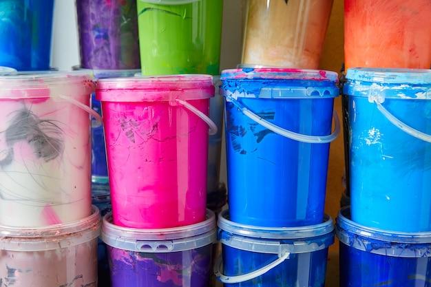 Bottiglie colorate della pittura dell'inchiostro in una fila impilate