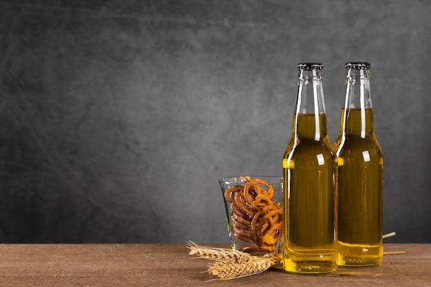 Bottiglie con birra e snack