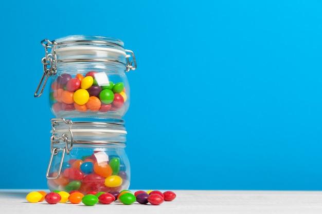 Bottiglie con caramelle dolci sul tavolo