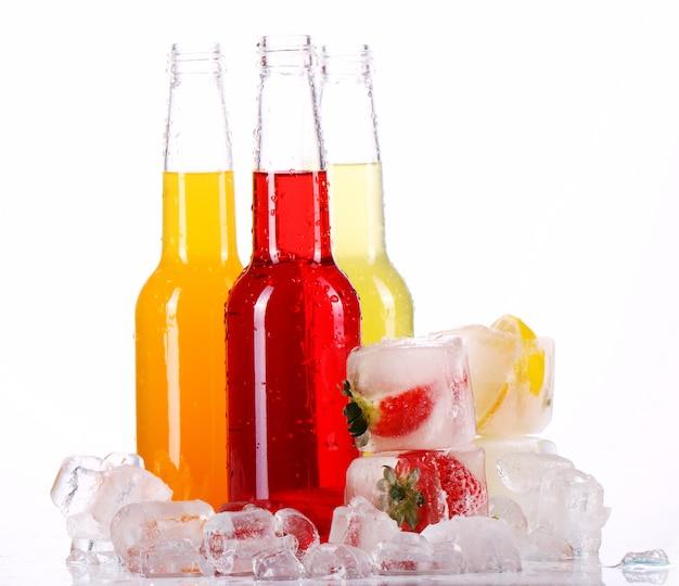 Bottiglie con cocktail colorati e ghiaccio