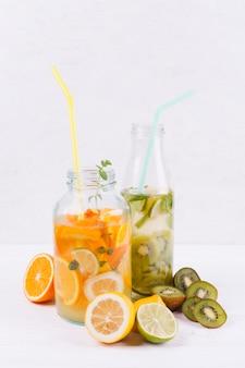 Bottiglie con limonata fresca fatta in casa