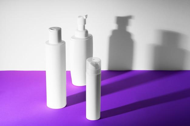Bottiglie cosmetiche di plastica bianche in bianco per la vostra progettazione