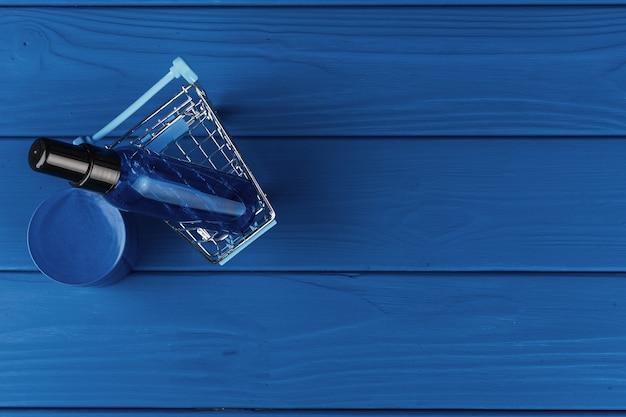 Bottiglie cosmetiche sulla classica superficie blu