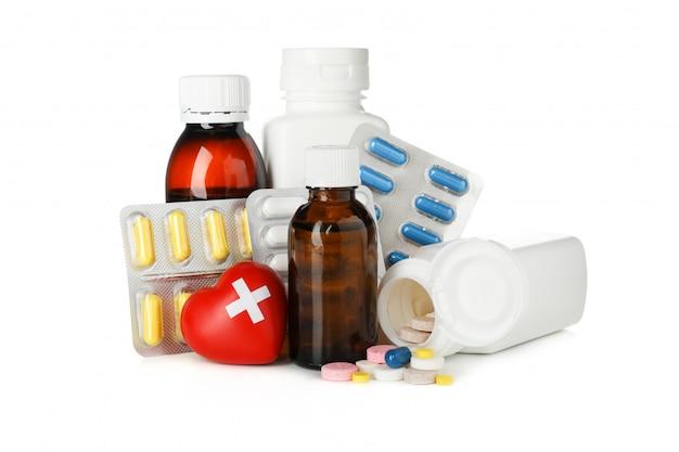 Bottiglie, cuore e pillole medici isolati su fondo bianco