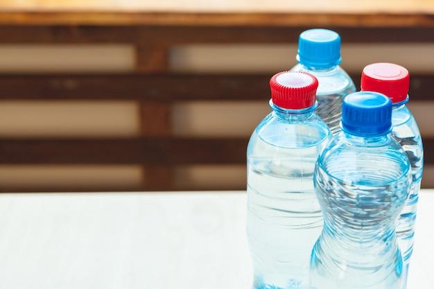 Bottiglie d'acqua in plastica completamente chiuse. avvicinamento
