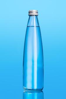 Bottiglie di acqua di vetro isolate