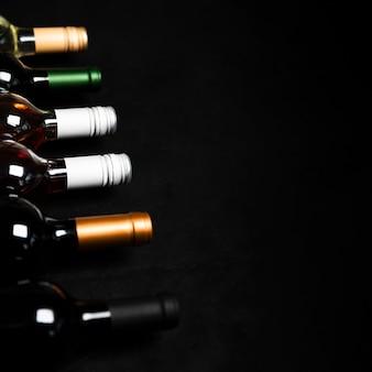 Bottiglie di alta vista di vino con sfondo nero