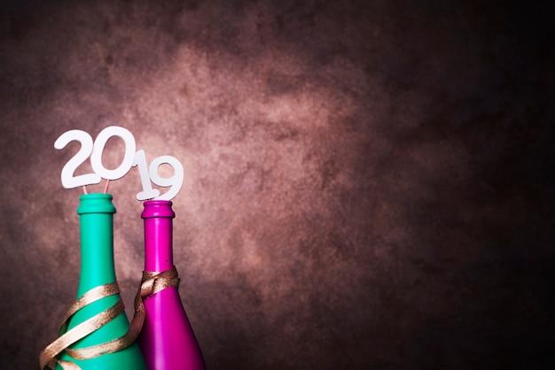 Bottiglie di bevanda con numeri 2019 su bacchette