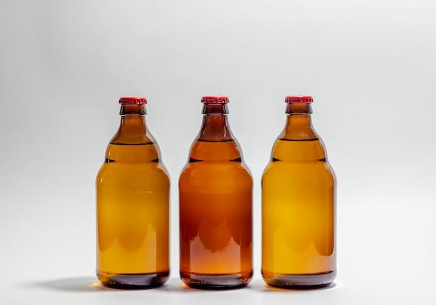 Bottiglie di birra su grigio