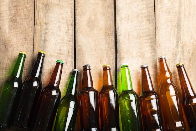 Bottiglie di birra su un fondo di legno