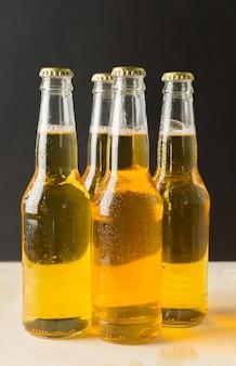 Bottiglie di birra su un tavolo di legno.