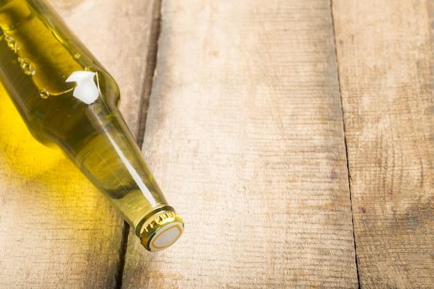 Bottiglie di birra su uno sfondo di tavolo in legno