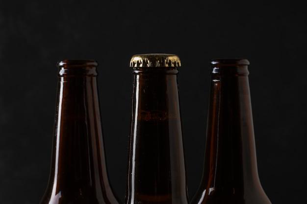 Bottiglie di birra superiori del primo piano con i tappi