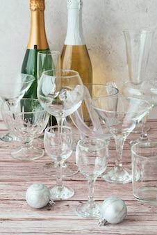 Bottiglie di champagne close-up con gli occhiali
